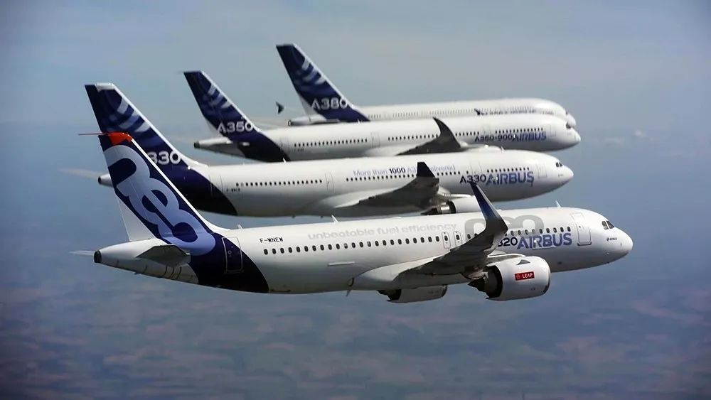 北京时间3月8日,据俄罗斯卫星网报道,空中客车公司因为A380客机和A400M运输机的订单不足,计划裁员3700人。预计此次裁员将涉及英国、法国、德国和西班牙四国工厂员工。  根据2018年2月空客集团公布的财报,其2017年度业绩十分亮眼:公司收入规模保持稳定,盈利能力大幅改善,成本控制良好,自由现金流持续增长。2017年交付飞机数量更是创历史新高,由2016年的668架增长至718架,2018年预计会达到800架。 在营收和规模不断增长的时期,空客为何会出现订单不足、大规模裁员的情况,公司究竟面临着怎